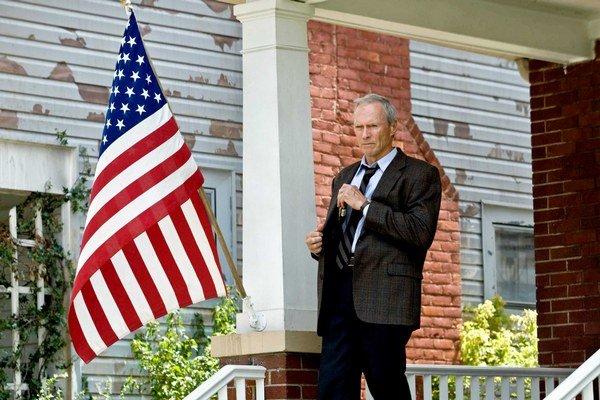 Clint Eastwood má 85.