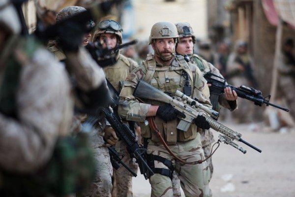 Bradley Cooper hrá vojaka Chrisa Kyla, ktorý štyrikrát opustil rodinu v Texase a šiel bojovať do Iraku. Sám získal práva na adaptáciu jeho knihy a za režiséra zohnal Clinta Eastwooda.