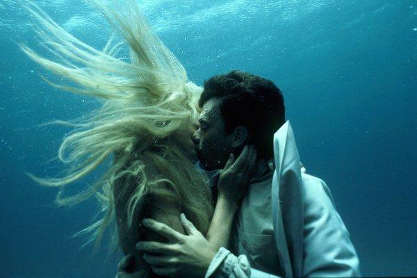 V romantickej komédii Žblnk (1984) si slasti bozkávania pod vodou vyskúšali Tom Hanks a morská panna Daryl Hannah.
