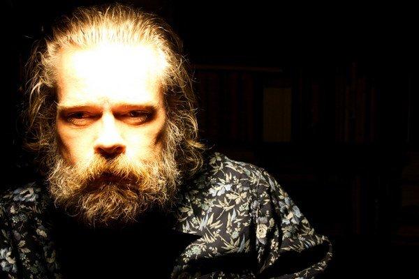 Nórsky spisovateľ Stig Saeterbakken prišiel na Slovensko v roku 1997, z tejto skúsenosti vychádza v knihe Cez noc. Na začiatku tisícročia sa dostal do tvorivej krízy a v roku 2012 sa rozhodol ukončiť svoj život.