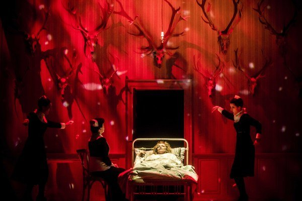 Boris Kudlička práve debutoval na slávnej newyorskej scéne. Inscenácia Čajkovského Jolanty, ktorú scénograficky navrhol Boris Kudlička, sa odohráva v lese s reálnymi stromami. Na druhú časť večera nachystala Metropolitná opera Bartókov  Hrad kniež