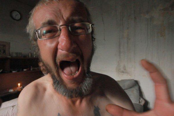 Prvý záber filmu – väzeň Zlatko si nevie zvyknúť na slobodu.