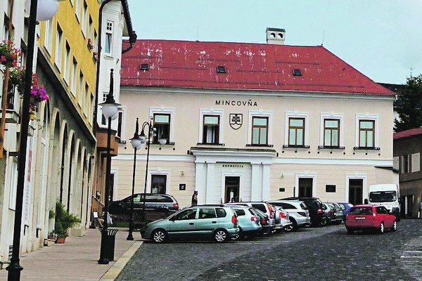 Mincovňa Kremnica stojí v rohu centrálneho kremnického Štefánikovho námestia.