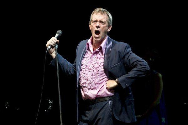 Spievajúci herci nie sú žiadnou raritou, ale len málo z nich to robí tak presvedčivo ako Hugh Laurie.