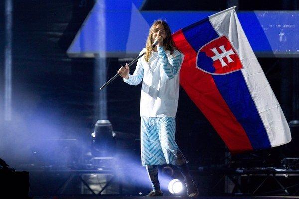 Jared Leto spieval, skákal, fotil sa s fanúšikmi, vytiahol ich pár na pódium aj pózoval s našou zástavou.