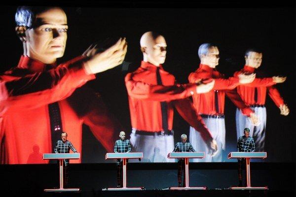 Takto nejako to bude vyzerať v Trenčíne. Kraftwerk prinesú svoju 3D šou. Skupinu založili Ralf Hütter a Florian Schneider s cieľom hrať elektronickú hudbu. Využívali prvé verzie syntetizátorov a špeciálne nástroje, preslávili sa tretím albumom Autobahn (1