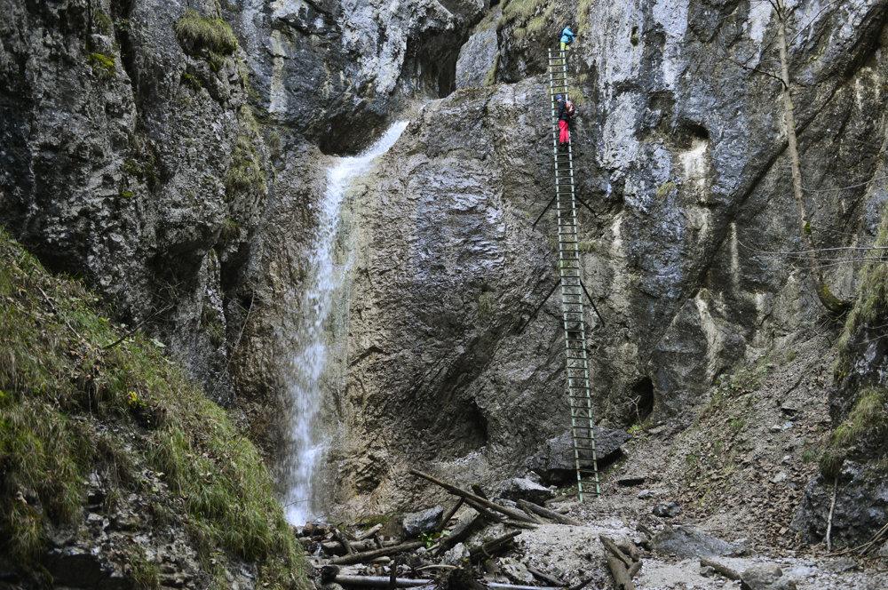 V rokline Piecky v Slovenskom raji obnovili prístupové zariadenia na jeseň 2014