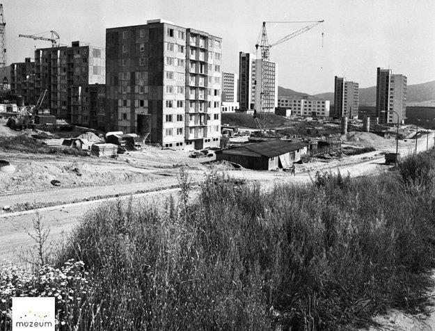 Výstavba v roku 1977.