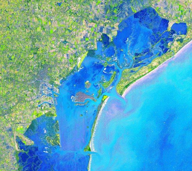 Benátky na zábere v simulovaných prirodzených farbách.