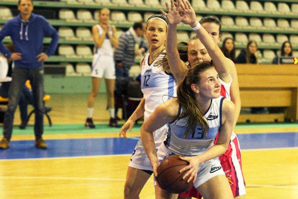 V bielych dresoch Viktória Fehérová a Zuzana Babariková.