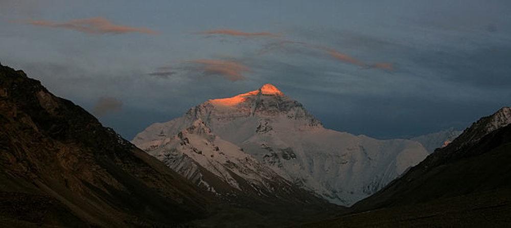 Posledné lúče slnka svietia na Mount Everest 5. mája 2007.