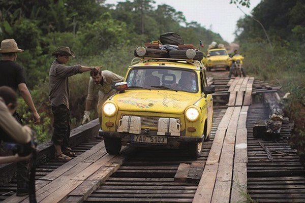 Dokument Trabantom na koniec sveta sa hrá v našich kinách 15. mája. Česká televízia seriál Trabantom Južnou Afrikou vysiela každú stredu o 21.30