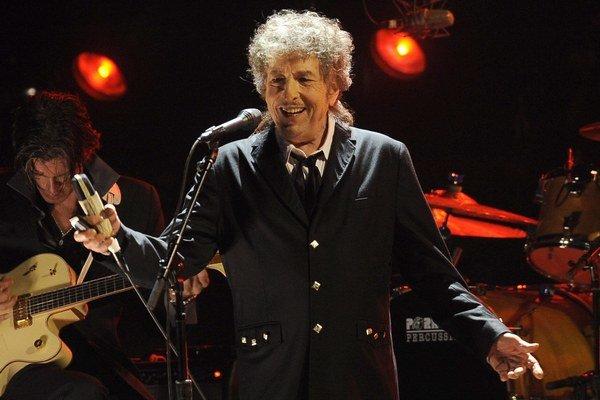 """Je jedným z najstarších aktívnych muzikantov, no stále píše silné nové piesne a od roku 1988 je na """"nekonečnom"""" koncertnom turné."""