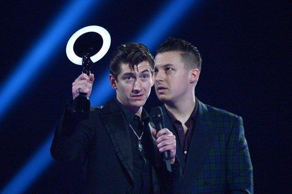Spevák Arctic Monkeys Alex Turner pri preberaní ceny.