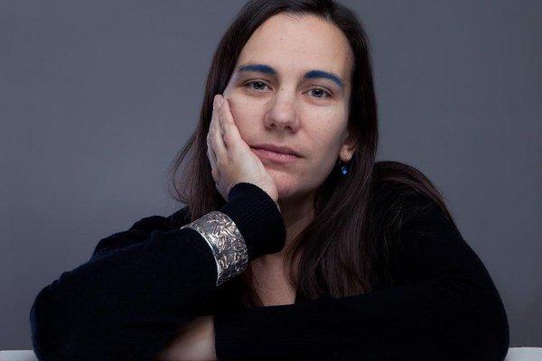 Dominika Horáková vyštudovala fotografiu na VŠVU u prof. Miloty Havránkovej. Absolvovala študijné pobyty na Rietveld Akademie v Amsterdame a FAMU v Prahe. Na VŠVU absolvovala aj doktorandské štúdium. Je členkou fotografickej skupiny Agat. Od 2003
