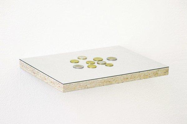 Dielo: Roman Ondák: Vreckové môjho syna, 2007, mince rôznych hodnôt, polička vyrobená z časti stola, 30 x 21,5 x 2,5 cm, Edícia 6/10 (+ 2 A.P.) Výstava: Nultá výstava, Dom umenia / Kunsthalle, Námestie SNP 12, Bratislava, 28. septembra - 24.