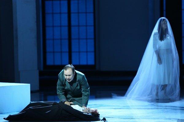 V úlohe Rigoletta sa predstavil hosťujúci Leo An z Kórey, v úlohe Gildy alternuje Andrea Vizvári. ⋌FOTO SND – JOZEF BARINKA