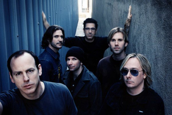 Jediný stály člen skupiny je spevák Greg Graffin (vľavo).