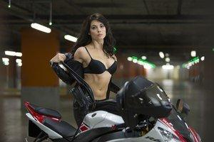 Modelka Julia Snigir v nepochopiteľnej scéne prezliekania sa v podzemnej garáži.