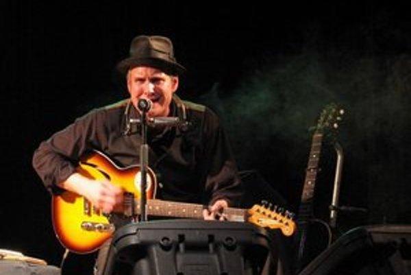 Americký skladateľ a spevák Frank Morey hlasom pripomína Toma Waitsa.