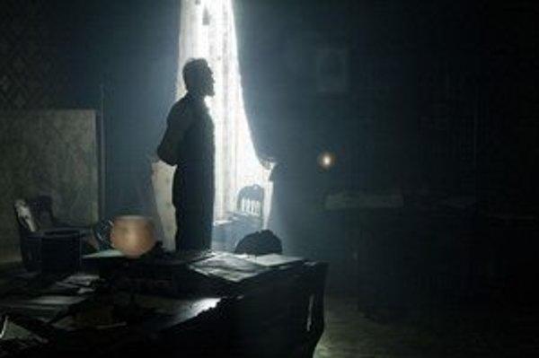 Daniel Day Lewis (na snímke), Ben Affleck a Leonardo DiCaprio (na ďalších fotografiách v texte) hrajú vo filmoch, ktoré sú favoritmi Zlatých glóbusov: Lincoln, Argo a Divoký Django.
