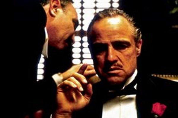 Román Krstný otec vyšiel vslovenčine na začiatku sedemdesiatych rokov. Film sa však do našich kín nikdy nedostal afanúšikovia si museli počkať na DVD. Na najznámejšej snímke zfilmu je Marlon Brando ako don Vito Corleone vdeň, keď vydával svoju jedinú