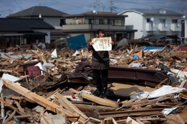 Víťaz kategórie Spravodajské príbehy: Japonský fotograf Jasujoši Čiba zachytil Čieko Macukawovú, držiacu dcérin diplom o ukončení štúdia, ktorý našla v ruinách domu v cunami zdevastovanom japonskom meste Higašimacušima.