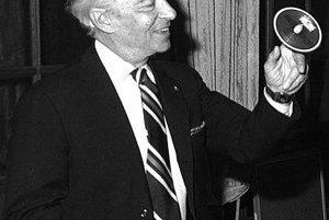 Dirigent Herbert von Karajan s jedným z prvých CD nosičov.