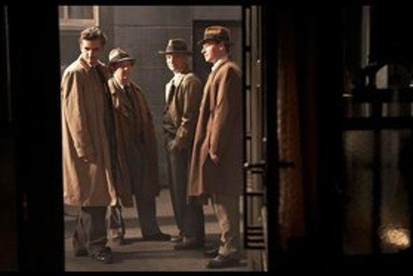 Kabát a klobúk ešte na postavu z film noir nestačia.