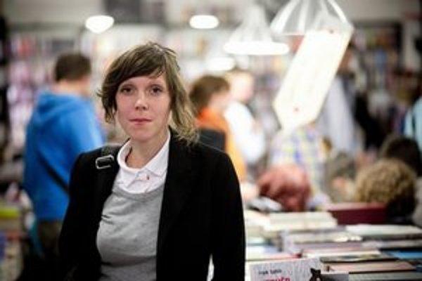 Michaela Rosová (1984) pochádza zo Senice nad Myjavou. Vyštudovala divadelnú dramaturgiu v Brne a Bristole. V súčasnosti žije v Prahe, pracuje ako koordinátorka projektov v prekladateľskej firme.  Je dvojnásobnou finalistkou súťaže Poviedka a  prémiu získ