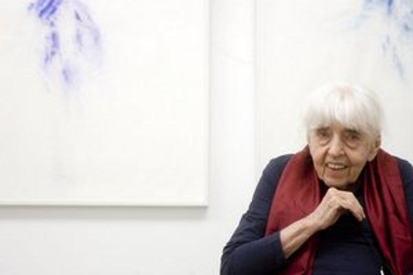 Adriena Šimotová (1926) na svojej bratislavskej výstave My jsme ti, které hledáme. Jej kurátorom je Pavel Brunclík, v Galérii 19 ju otvorili včera a potrvá do 17. júna.