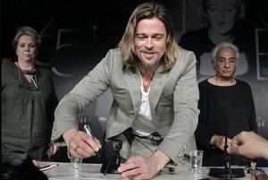 Brad Pitt počas autogramiády k filmu Killing Them Softly.