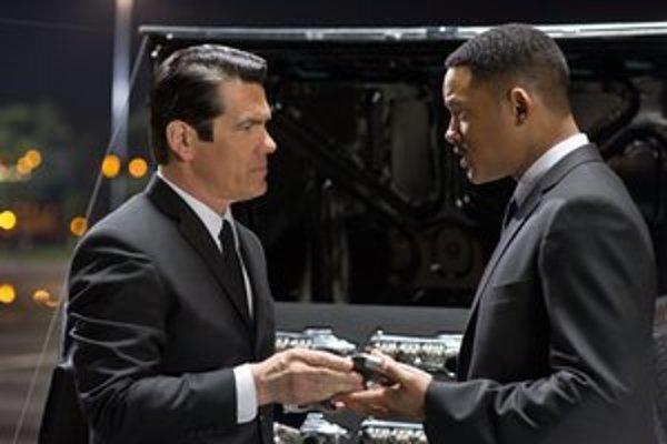 Will Smith (vpravo) a nový člen Josh Brolin v druhom pokračovaní komédie Muži v čiernom.