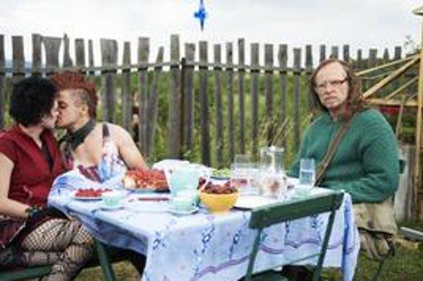 Karel Roden (vpravo) v úlohe šamana istej úrovne. Vo filme Bohdana Slámu Štyri slnká sa pokúša zachrániť vzťahy a životy svojich kamarátov. Vo filme má epizódnu rolu aj Zuzana Kronerová. Sláma je režisérom filmov Divoké včely (zvíťazil  s ním na festi