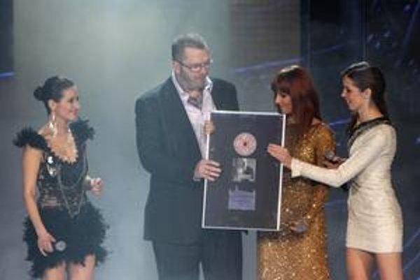 Richard Müller dostal po spoločnom spievaní od troch mladších kolegýň platinovú platňu.
