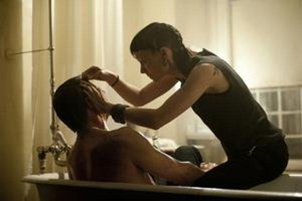David Craig a Rooney Mara vo filme Davida Finchera Muži, ktorí nenávidia ženy.