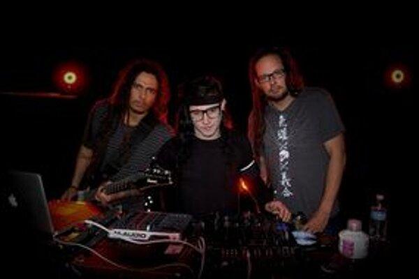 Elektronické mašinky Skrillexa ku gitarám Kornu vcelku zapadli.