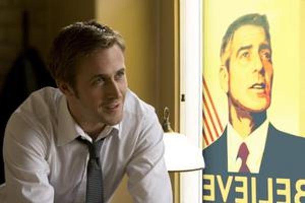 Ryan Gosling ako volebný stratég. Vedľajšiu úlohu hrý sám Clooney.