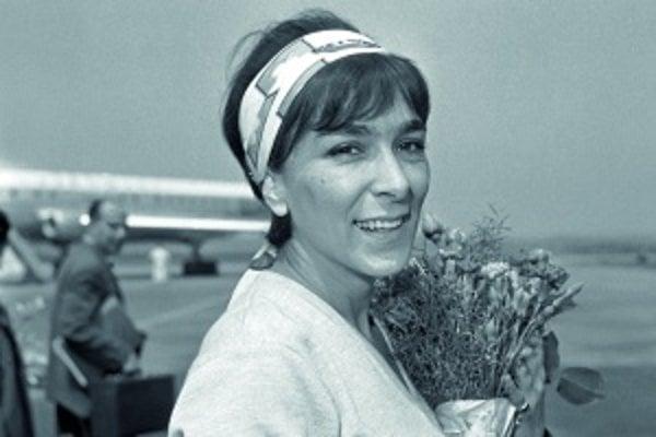 Hana Hegerová v roku 1962 po prílete z turné po Poľsku