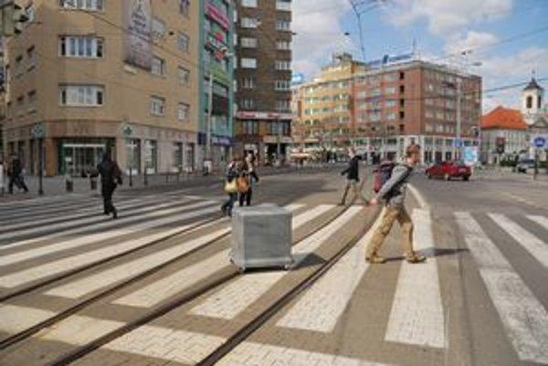 Milan Vagač počas akcie, ktorou reagoval na stále aktuálnu otázku sôch vo verejnom priestore.