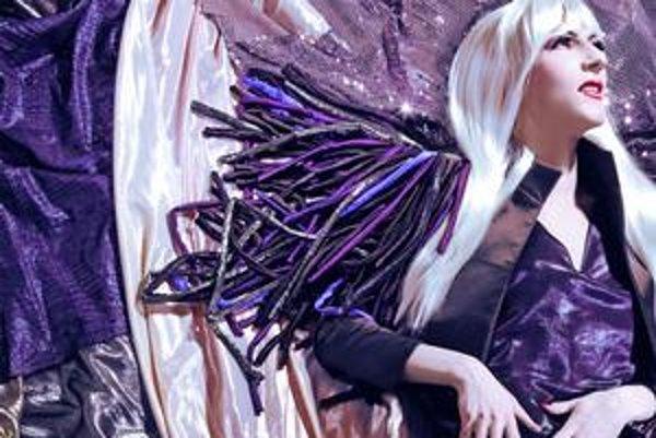 Lenka Sršňová navrhla modely pre travesty hviezdu Clodu, na snímke vľavo šperk od Lucie Bartkovej.