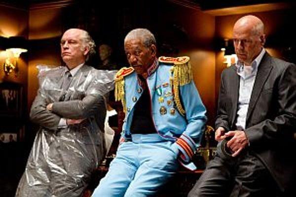 John Malkovich (zľava), Morgan Freeman a Bruce Willis vo filme Red.