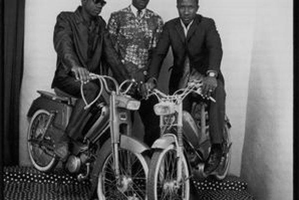 Snímka najslávnejšieho afrického fotografa Malicka Sidibého, ktorý skúma africkú spoločnosť. Dolu Lópezova groteskná kompozícia z Latinskej Ameriky v digitálnom veku, pod ňou záber pochodujúcich matiek z výstavy V tieni tretej ríše.