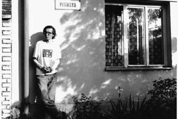 Jan Antonín Pitínský (vlastným menom Zdeněk Petrželka) sa narodil v roku 1955 v Zlíne. Vystriedal množstvo povolaní, od roku 1990 sa venuje výhradne divadelnej réžii, doteraz vytvoril približne 90 inscenácií, za mnohé z nich získal najrôznejšie ocenenia.