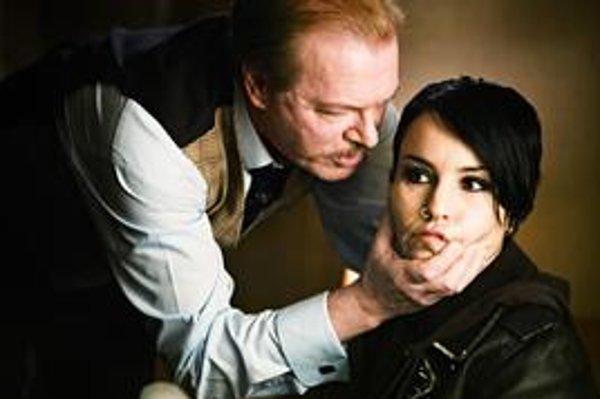 Lisbeth má opäť smolu, správcom jej dedičstva je sexuálny úchylák a sadista.