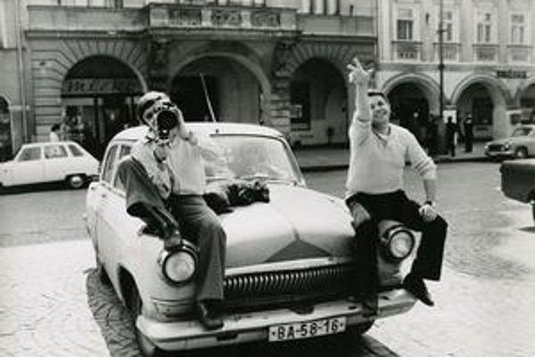 Elo Havetta nakrúca Ráčte vstúpiť, vľavo je kameraman Jozef Bábik, ako jeho asistent vtedy začínal Richard Krivda.