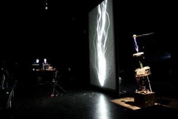 Demonštrácia umeleckých možností elektriny.