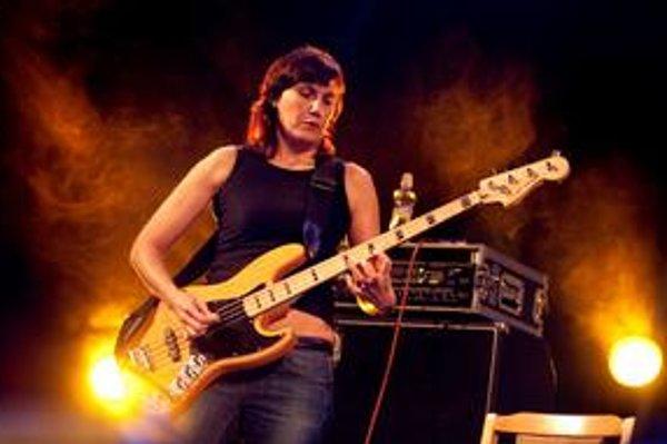 Eva Turnová, basgitaristka, speváčka, skladateľka, textárka, herečka a prekladateľka. Vyštudovala angličtinu a češtinu na Karlovej univerzite, hrala v kapelách Odvážná srdce, DG 307, Půlnoc, Zbytky charismatu, Eturnity, od roku 2000 hrá so skupinou The Pl