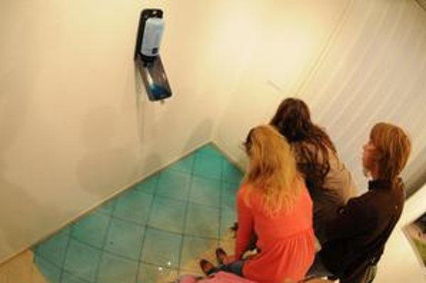 Vždy v piatok, inštalácia, zásobník na tekuté mydlo, 10 litrov tekutého mydla.
