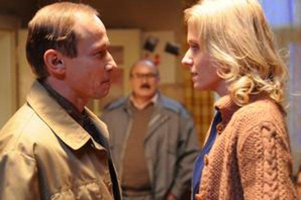 Agent Antonín Rusnák s manželkou disidenta počas domovej prehliadky – vrcholnej scény filmu Pouta.